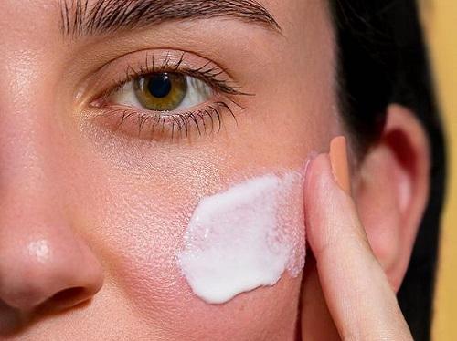 Dù ở trong mát cũng đừng quên thoa lại kem sau 2h để bảo vệ da tối ưu