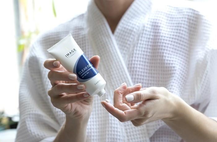 Kem dưỡng có kết cấu mỏng nhẹ, thấu nhanh vào da và không gây nhờn rít, bết dính nên da dầu mụn an tâm dùng