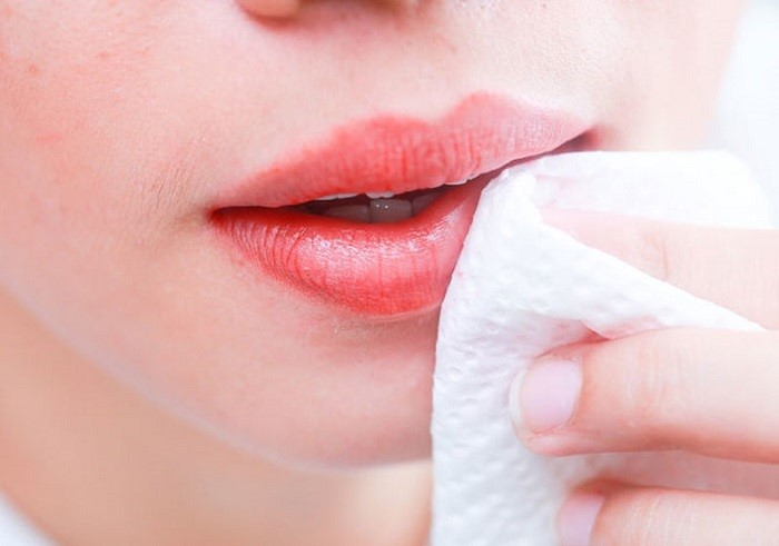 Chỉ nên tẩy trang nhẹ nhàng, không chà xát mạnh khiến bờ môi bị tổn thương