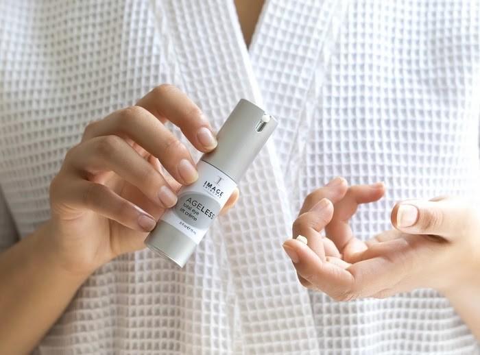 Bạn nên dùng kem mắt từ sớm vì đôi mắt là nơi lão hóa sớm nhất trên cơ thể