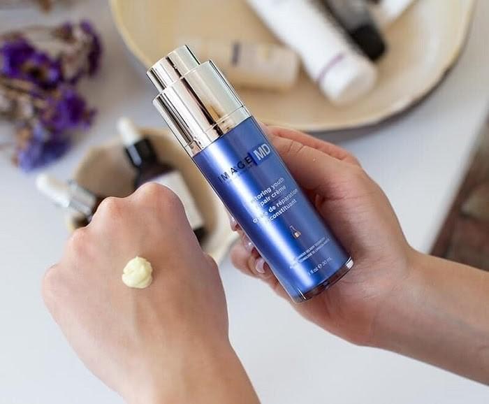 Kem dưỡng giúp khóa ẩm và phục hồi bề mặt da